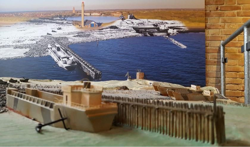 Een blik op Westkapelle vanaf het water: een landingsschip brengt voorraden voor de militairen en bouwmaterialen voor de dijkdichting. Foto: Ivo van Beekhuizen