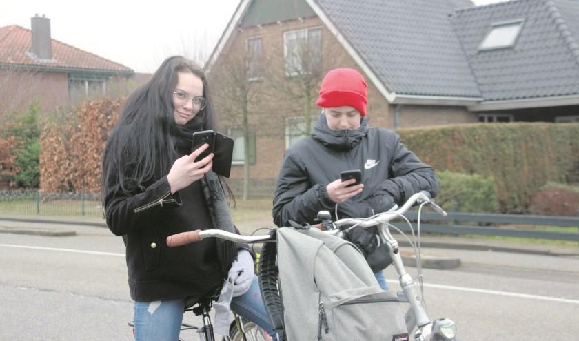 Milou en Koen weten wel dat het niet verstandig is maar pakken toch af en toe hun smartphone op de fiets