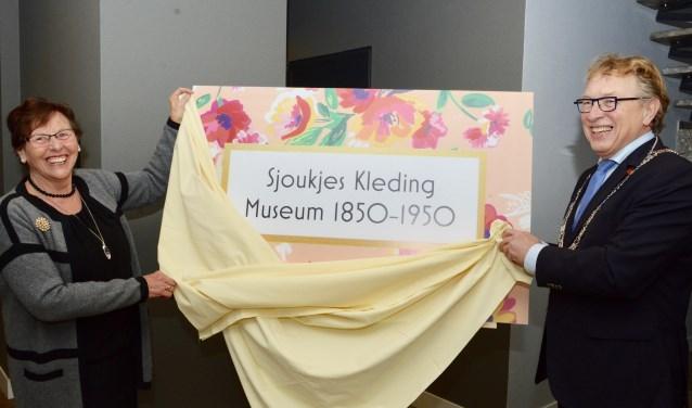 Onder grote belangstelling van familie en vrienden, werd door burgemeester Harry Keereweer, samen met Sjoukje Haan haar kleding museum geopend.