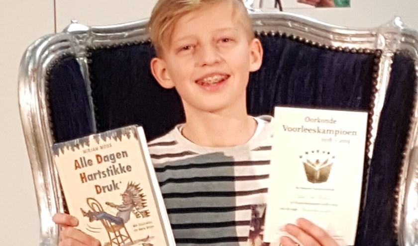 De 12-jarige Alec las in deze kwartfinale een fragment voor uit het boek 'Alle dagen hartstikke druk' van Mirjam Mous.