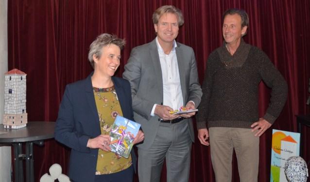 Hoogheemraad Els Otterman en directeur Migchel Dirksen van Rabobank Rijn en Heuvelrug ontvingen de eerste exemplaren van Marc Hofstra.