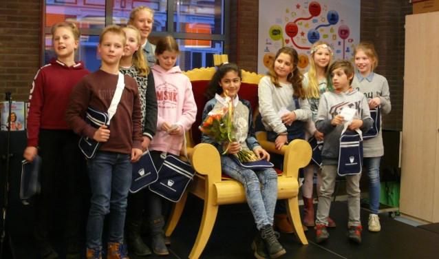 De tien voorlezers van de derde ronde bijeen. Mirella heeft de bloemen.