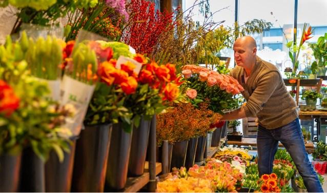 Marcel van Iersel van Marcel's Bloemenshop aan het Plein in Vlijmen is druk bezig met alle voorbereidingen voor Valentijnsdag.