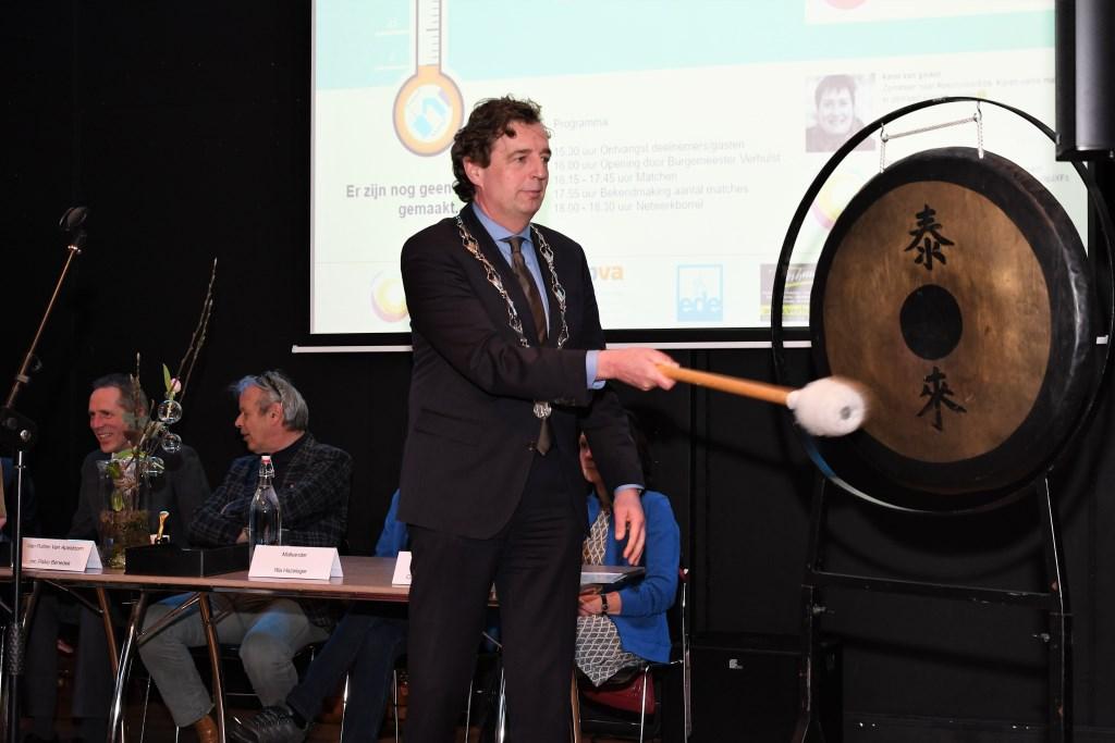 Burgemeester René Verhulst geeft het startsein. Foto: Bert Vos © Persgroep