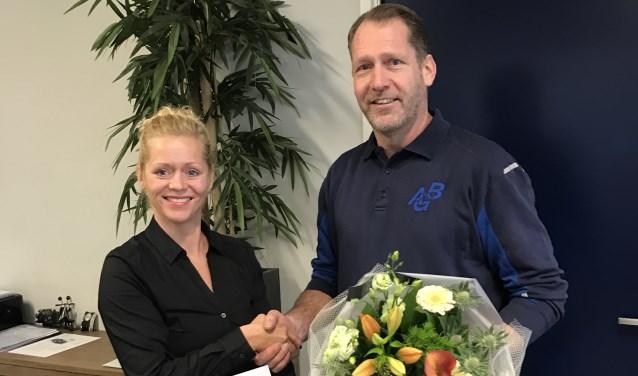 Yvonne Reusen en Wijnand Smits na ondertekening van het contract.