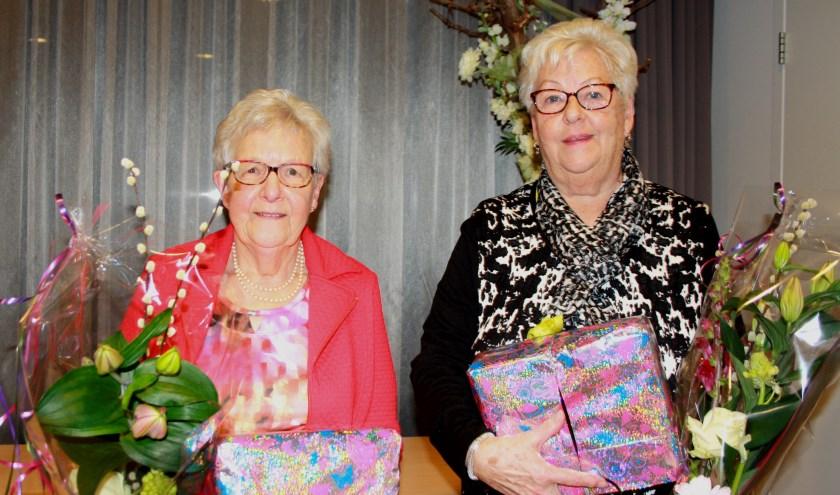 Mien Chaigneau (links) is 50 jaar lid, voorzitter Agnes Versluis 45 jaar. Foto: Mieneke Lever-van Dieren