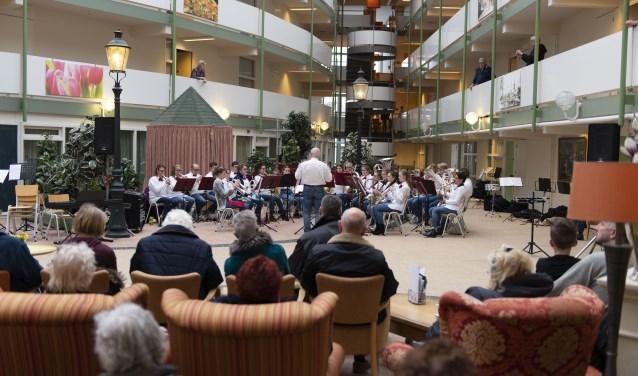 Het leerlingenorkest van Ons Genoegen in actie tijdens Kids in Concert in een goed gevuld Atrium van het Antoniushof. (Foto: Marcel Walinga)