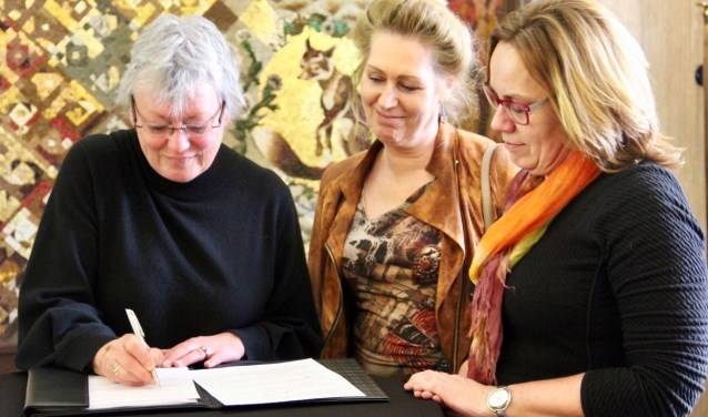 Vertegenwoordigers van drie grote woningcorporaties tekenen het Convenant Zorg & Veiligheid.