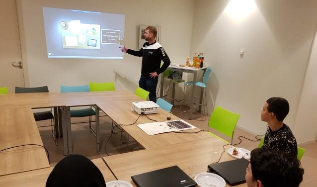 Deelnemers van Project Kansrijk tijdens de CV training. (Foto: Arie Alderliesten)