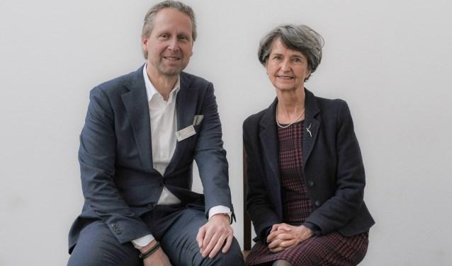 Scheidend voorzitter Rob Almering en Yvonne van Rooy die het stokje van hem overneemt. Zij gaat nu de stichting Beschermers leiden.