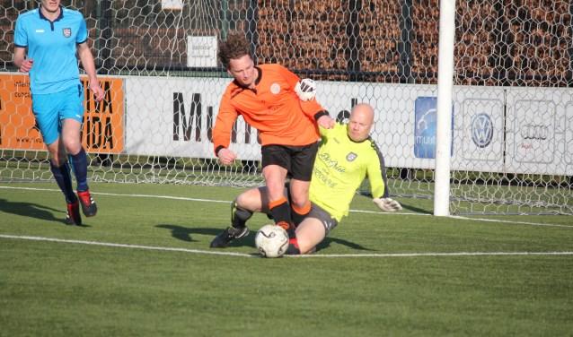 VV De Meern versus SV Loosdrecht. Keeper komt hard in van achteren. Tweede strafschop VV De Meern is een feit. Foto: Leon Bal
