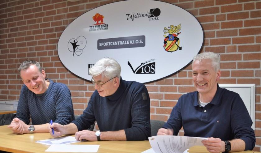 Van links naar rechts Paul Bonnes, voorzitter Theo Helmers en Onno Wessels.