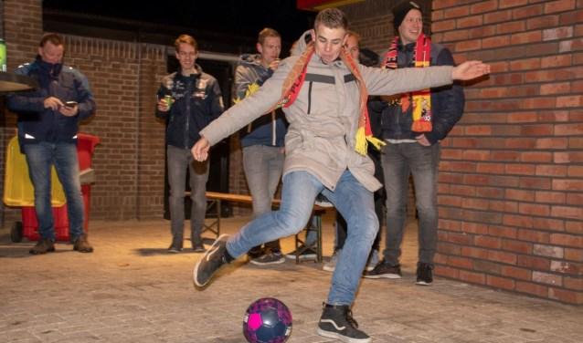 Het speciale Kowet Bier Games gatendoek wordt onder vuur genomen door de mannen van SV Terwolde 2. (Foto: Jeffrey Hurenkamp)