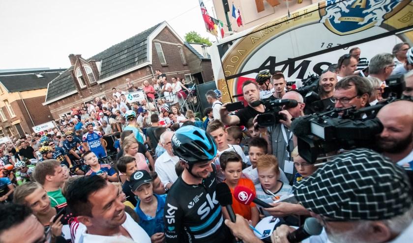 Wout Poels heeft de volle aandacht van journalisten tijdens Daags na de Tour in Boxmeer. (foto: DndT)