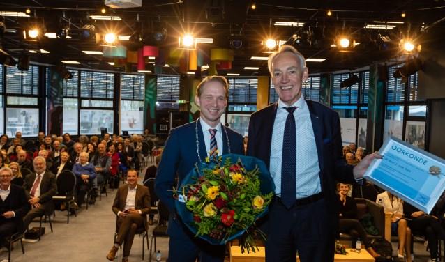 Burgemeester Gerdo van Grootheest en directeur-bestuurder Joost van Rijn tijdens de uitreiking van de stadsspeld.