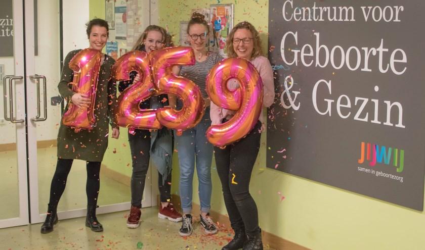 Sofie en Emma van Stichting Achterstevoren kregen een cheque van 1259 euro van het Centrum voor Geboorte & Gezin van het Elkerliek Ziekenhuis.