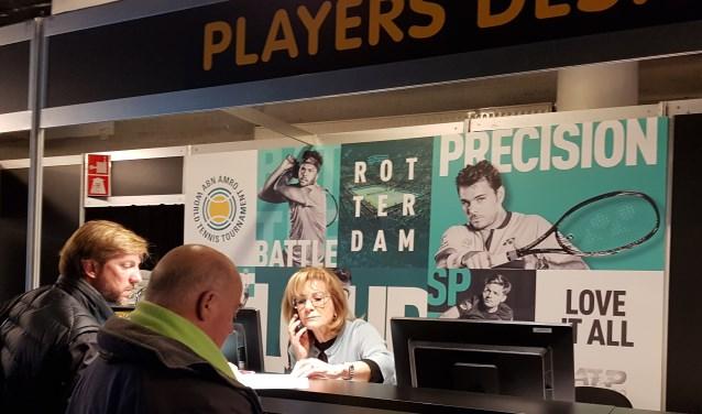 """Wilma van der Sluys staat aan de spelersbalie altijd klaar voor de spelers en hun team. """"Federer weet de weg in Rotterdam. Die gaat gewoon winkelen met vrouw en kind."""" (Foto: Emile Hilgers)"""