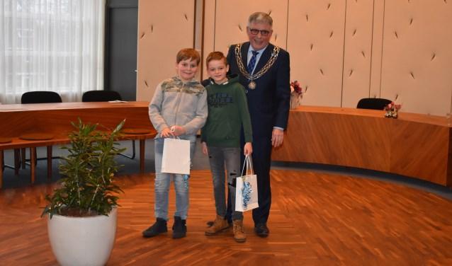 Winnaars Oskar Hofman en Senne Bolscher met burgemeester Robben.