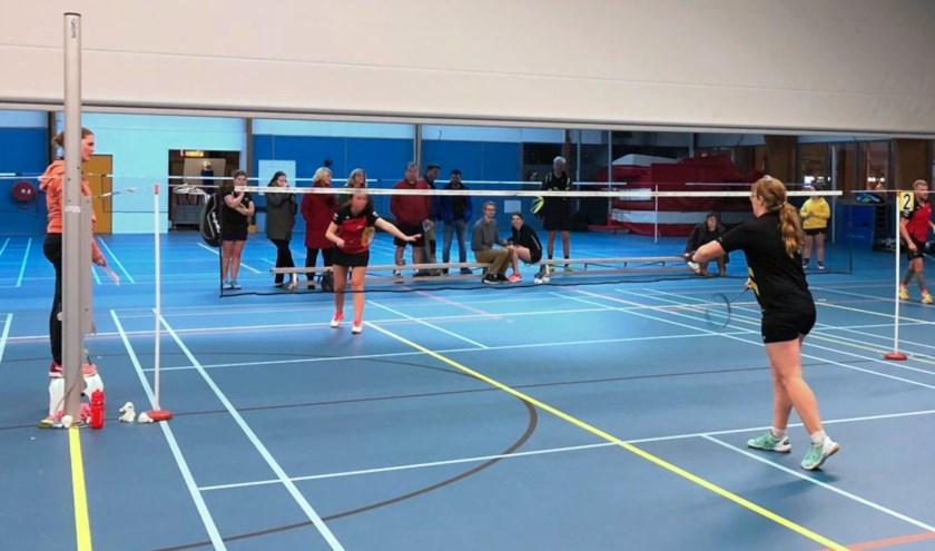 Badmintonstrijder Natasja Looij (rechtsvoor) in haar partij tegen Robad.