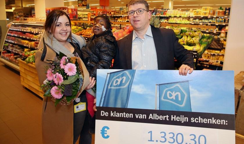 Jennifer Bernaerts neemt met plezier de bloemen en cheque van Carl van der Aalst in ontvangst. Foto: Theo van Sambeek.