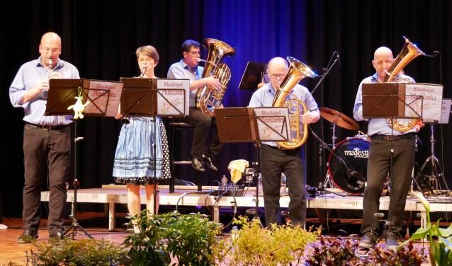 Een gedeelte van het in totaal dertienkoppige Orkest Muzicanka, met zittend achterin Schaijkenaar Ron van den Heuvel op de bastuba.