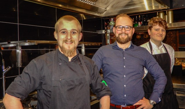 De koks met Luuk Nikkels. Restaurant De Pauw in Warnsveld is geheel vernieuwd. (Foto: Gerard Kiezebrink)