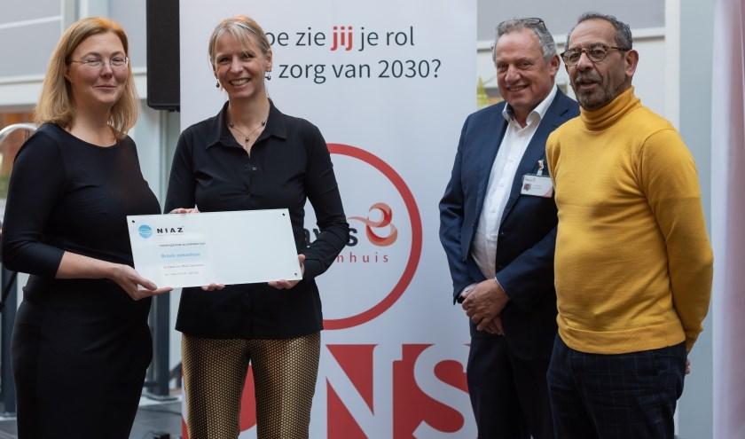 Ellen Joan van Vliet (2evan links), directeur van het NIAZ, overhandigde het accreditatiecertificaat voor het Bravis ziekenhuis aan Bianka Mennema (l), lid van de raad van bestuur. Naast hen staan Richard Pal (2evan rechts), voorzitter medische staf, en Hans Ensing (r), voorzitter raad van bestuur.