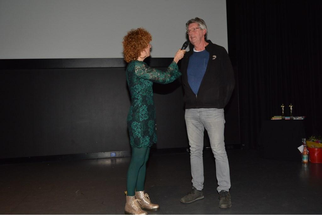 Sanne Heymann interviewt Leo Tijdfeman die een film over Oud Veenendaal inzond.  © Persgroep