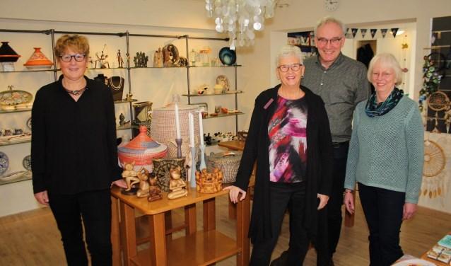 Ineke Verwijs, Jos de Wit en Paula Bouwmeester, met een verkoopvrijwilliger, zien hun ideële winkel stoppen. (Foto: Lysette Verwegen)