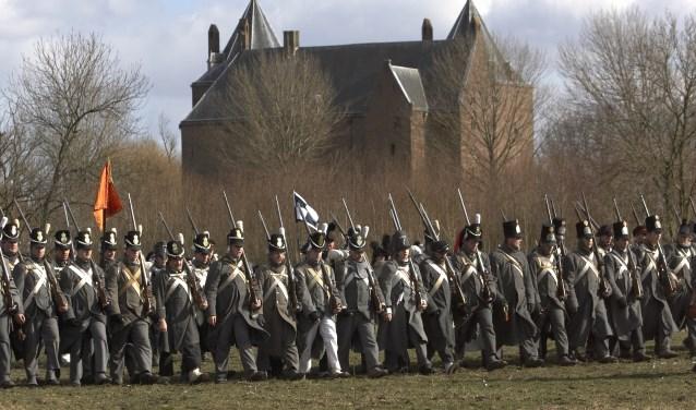 Zo'n 200 soldaten uit heel Europa bereiden zich voor op de aanval. Dat loopt uit op een wareveldslag! Beleef het op23 en 24 februaribij Slot Loevestein.