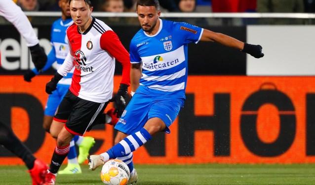 Ouasim Bouy houdt Feyenoorder Steven Berghuis van de bal.
