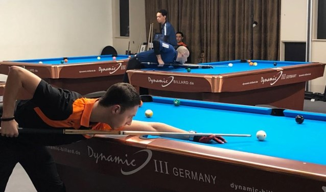 Tim de Ruyter in volle concentratie achter de pooltafel tijdens de Eurotour in Leende. (eigen foto)