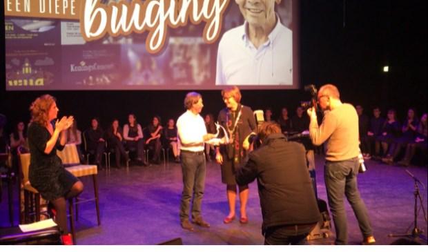 John van Boekel neemt het Osje van Verdienste in ontvangst van burgemeester Wobine Buijs.