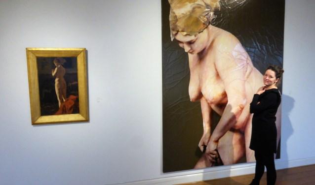 Karin van Lieverloo bij een werk van Lita Cabbalut op de expositie Naakt of Bloot.