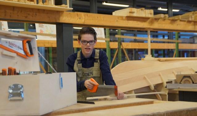 De 14-jarige timmerleerling Coen van der Steenhoven haalde de tweede plaats bij de regionale timmerwedstrijd Rivierenland.