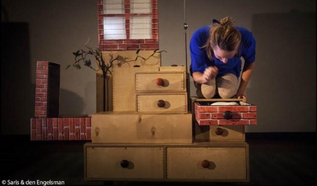 Een scene uit 'Tik Tak Slaap' van theatermaker Sanne Zweije. © Saris & den Engelsman