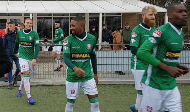 Vrolijke gezichten bij FC Dordrecht Amateurs. De club heeft eindelijk de koppositie te pakken in de vijfde klas. Achieffoto.