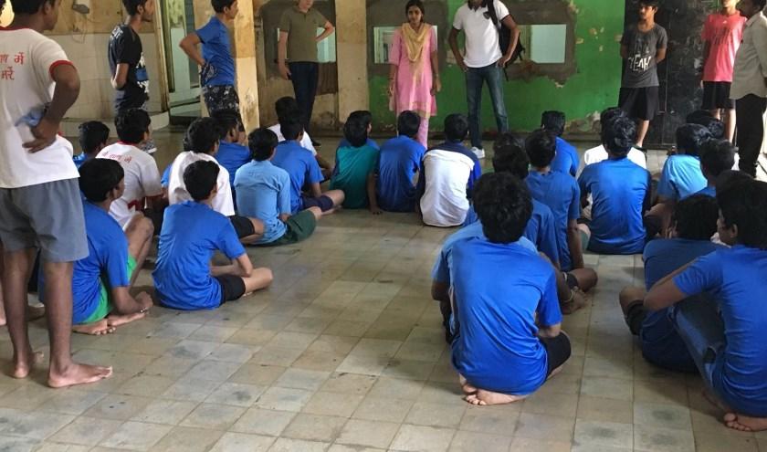 Tijdens een bezoek van Jamil Meusen aan het weeshuis waar hij als kind een deel van zijn leven doorbracht. (Foto: PR)