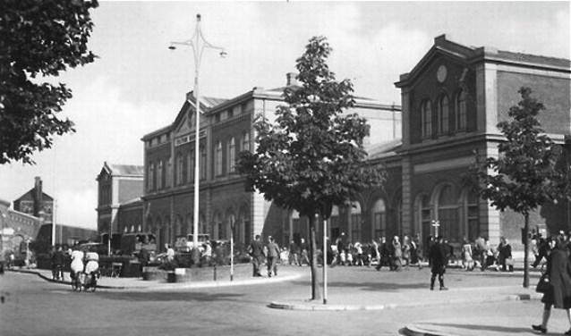 Station Dordrecht op een ansichtkaart in 1935. (foto uit het besproken boek)