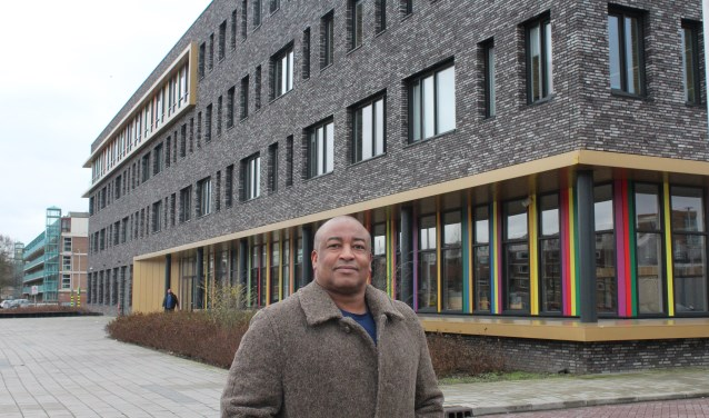 Moes Chraou, vader van een van de leerlingen, voor het IJsselcollege aan de Pelikaanweg. (Foto: Annemarie van der Ploeg)