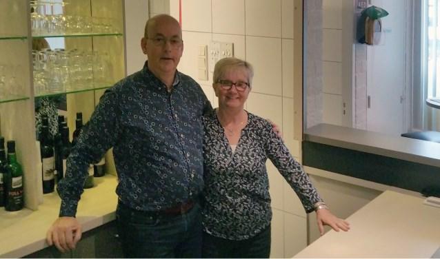 Peter en Els Nijssen beheren deze maand precies 20 jaar het dorpshuis in Nieuw en St Joosland. FOTO: THEO RIETVELD