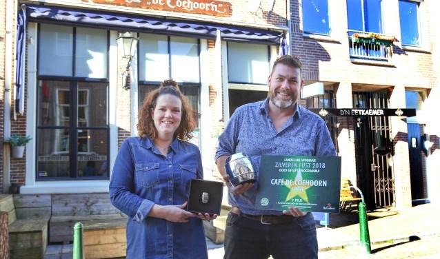 John en Pamela Eggenhuizen trots op hun erkenning. (foto Marco van den Broek)