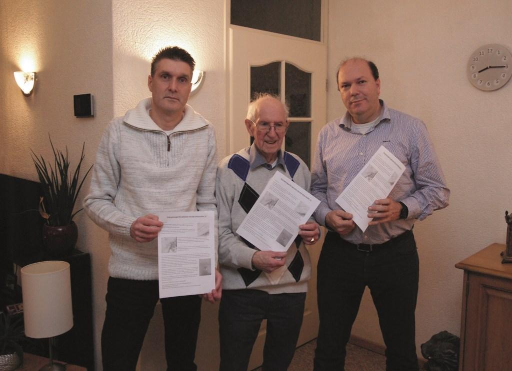 Henk Zuiderhoek met zijn zoons Alex (rechts) en Marcel. In hun handen hebben ze de flyer die in de buurt is verspreid.