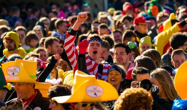 Ook komende dinsdag tijdens de 34ste editie van de Kuukse elfkroegetocht zullen weer duizenden deelnemers samen feestvieren. (foto: Eventpixels)