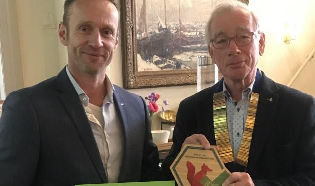 Als dank voor de steun werd een eerste exemplaar van de Award voor Natuurbewustzijn aan de voorzitter van de Rotaryclub uitgereikt.