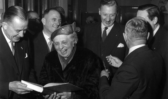 Mw. Hol tijdens uitreiking 1e boek 'De Betuwe' Rhenen in 1957
