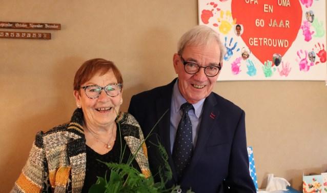 Voor hun zestigjarig huwelijk kregen Bertha en Teun Ram-Korbee een handgeverfd hart cadeau van hun acht kleinkinderen en zeven achterkleinkinderen. Foto: Esmeralda Wybrands.