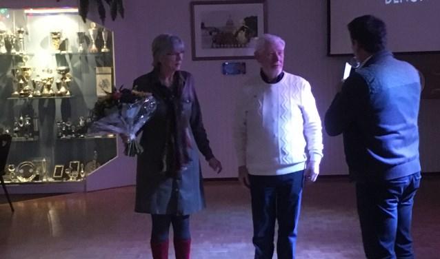 Inge en Joop Koopmans worden toegesproken op de feestavond van De Tukkers.