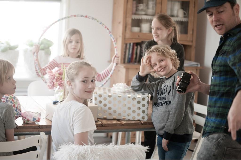 Udo en de kinderen aan het werk. (foto: Ramona Leemkuil) Foto: Ramona Leemkuil © Persgroep