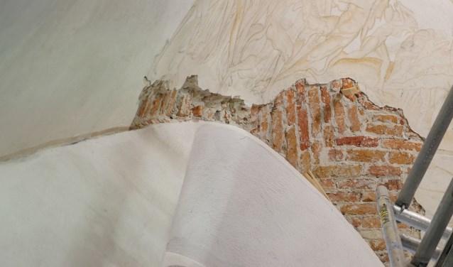 De pleisterlagen waarop de schilderingen zijn aangebracht laten los